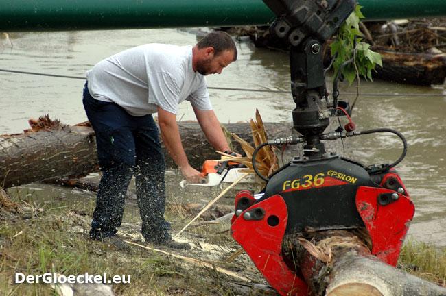 ViaDonau bei den Aufräumarbeiten nach dem Hochwasser vom Juni 2009 | Foto: DerGloeckel.eu