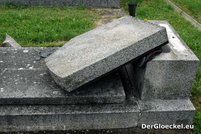 Am 24.7. nach dem Unwetter dokumentiert - solch ein Grabstein kann einen höheren als 3-stelligen Betrag kosten