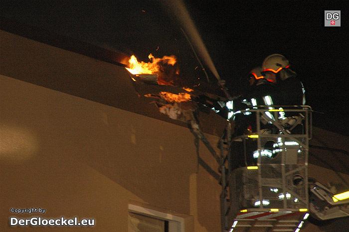 Der Brand im Dachstuhl erfordert ein Zusammenwirken der Einsatzkräfte über die Landesgrenzen hinaus | Foto: DerGloeckel.eu