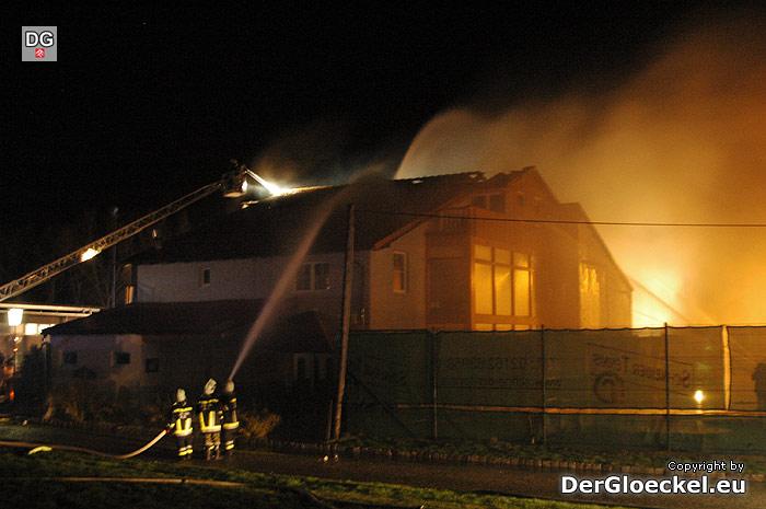 Die Feuerwehren beim Brandeinsatz in Wolfsthal | Foto: DerGloeckel.eu